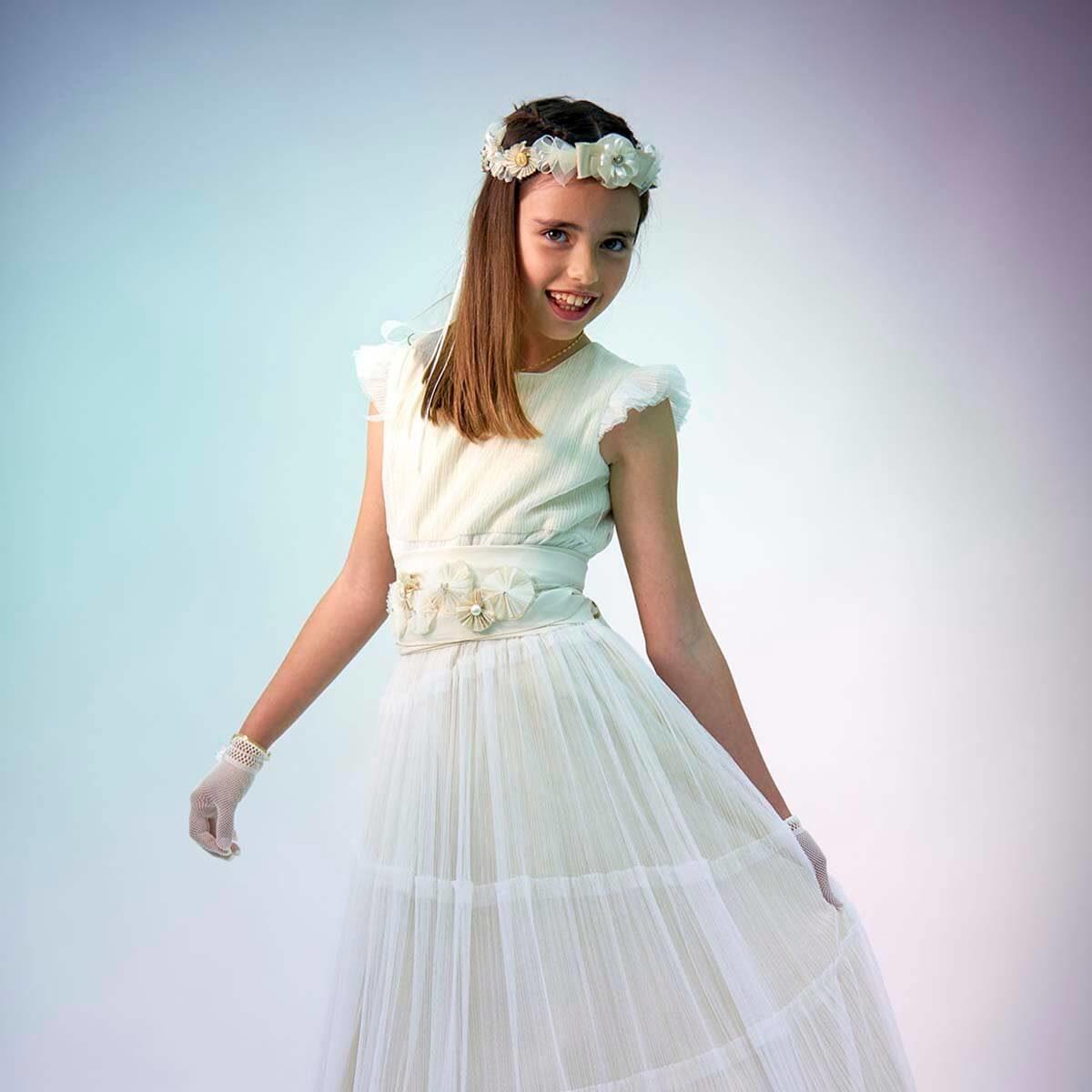 niña enseñando el vestido de comunión
