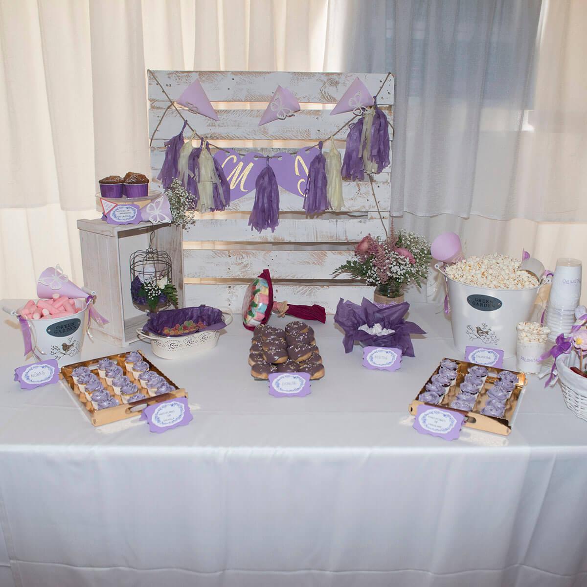 mesa de dulces en tonos fríos