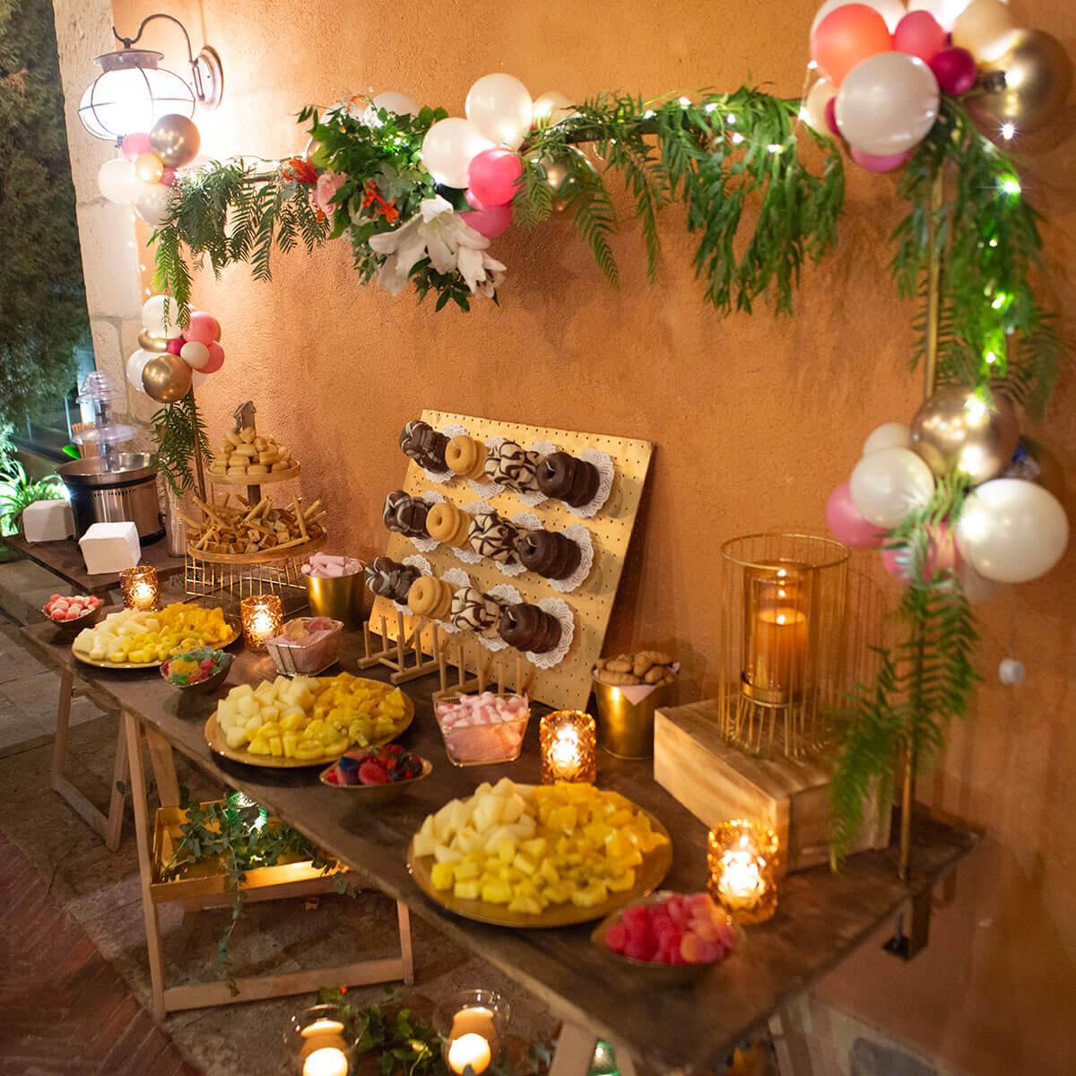 mesa de dulces en tonos cálidos