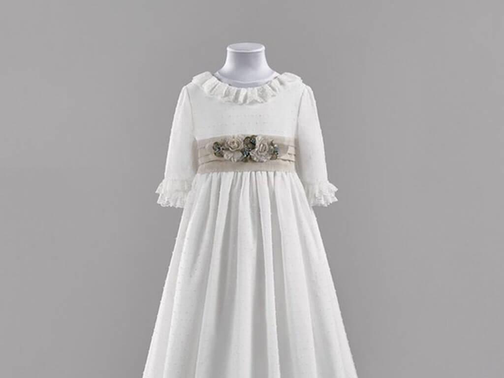 Vestido de comunión con fajín color tierra decorado con flores