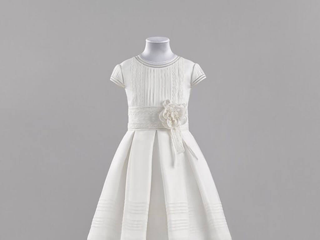 Vestido de comunión con fajín blanco y flor 3-D